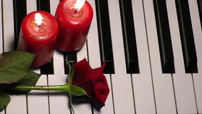 Rosa e vela em chaves do piano vídeos de arquivo