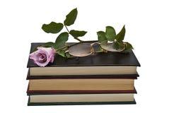 Rosa e vidros no livro. Fotografia de Stock Royalty Free