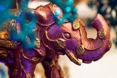 Rosa Elefant mit Gold als Weihnachtsbaumdekoration lizenzfreie stockfotos