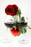 Rosa em dois vidros e corações Imagem de Stock