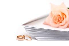 Rosa, envelopes e anéis de casamento imagens de stock