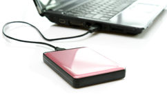 Rosa externe Festplatte auf Weiß Stockbild