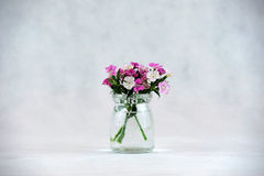Blommor i en glasflaska Arkivfoton