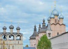 Rosa färg kyrktar i Rostov Kremlin Arkivbild