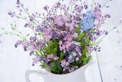Rosa färg- och blåttförgätmigej Arkivfoto
