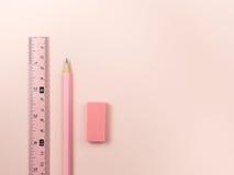 rosa färgblyertspenna och rosa färglinjal och radergummi arkivbild
