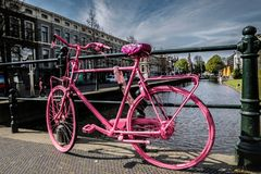 Rosa färgcykel på kanalbron Royaltyfri Fotografi