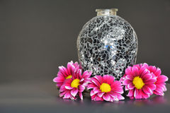 Rosa färgen blommar med den svarta vasen Fotografering för Bildbyråer