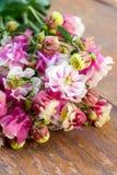 Rosa färgen blommar på träsurfasen Royaltyfri Bild