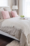 Rosa färgen kudde på säng med det vita magasinet av blomman hemma fotografering för bildbyråer
