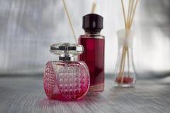 Rosa färgen parfymerar sammansättning royaltyfri foto
