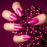 Rosa färgen spikar manikyr Arkivfoton