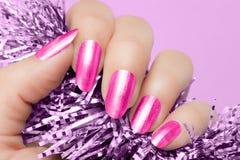 Rosa färgen spikar manikyr Arkivbilder