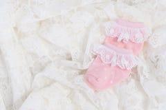 Rosa färger behandla som ett barn sockor för nyfött behandla som ett barn Arkivfoton