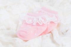 Rosa färger behandla som ett barn sockor för nyfött behandla som ett barn Royaltyfria Foton