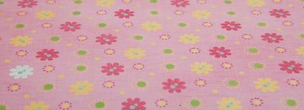 Rosa färger blommar bakgrund, scrapbookingpinkbakgrund med kulöra blommor som scrapbooking papperspapper Royaltyfri Bild