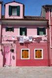 Rosa färger inhyser på Burano royaltyfria bilder