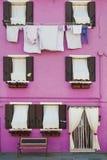Rosa färger inhyser, tar av planen och att torka kläder, Burano, Italien Royaltyfria Foton