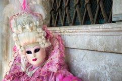 Rosa färger klädd dam på den Venedig karnevalet Arkivfoton