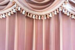 Rosa färger mönstrade gardiner Arkivbild