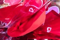 Rosa färger och purpurfärgade ljusa Valentine Background med papper och cellofan med hjärtor - selektiv fokus Royaltyfria Bilder