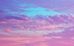 Rosa färger och Serene Fluffy Cumulus Clouds In himlen arkivbild