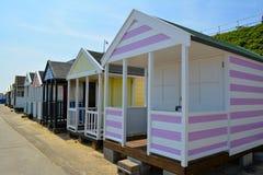 Rosa färger och vit gjord randig strandkoja Royaltyfri Foto