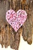 Rosa färger omkullkastar hantverkhjärta med blommor på lantligt Fotografering för Bildbyråer