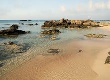 Rosa färger sandpapprar och turkosvatten tidigt på morgonen på den Elafonisi lagun, Kretaön, Grekland royaltyfria foton