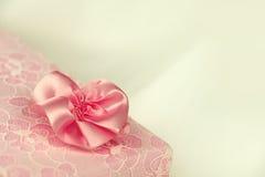 Rosa färger snör åt gåvaasken Arkivbilder