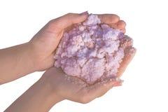 Rosa färger som är salta i händer från Sivash sjön Spa medicindermatologibegrepp royaltyfria foton