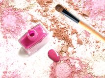 Rosa färger spikar polermedel på krossat rosa färgpulversmink royaltyfri bild