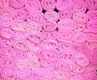 Rosa färger staplade strandhanddukar Arkivbild