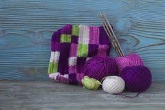 Rosa färger, violet, magentafärgat, vit och gräsplanpläd och bollar Bomullsgarn för att sticka, virkning Början av den ljusa pläd Arkivbild