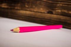 Rosa färgfärgblyertspenna på vitbok Royaltyfri Bild