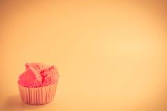 Rosa färgkaka som är aptitretande tappningstil Arkivfoto