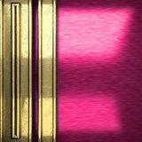 Rosa färgmetallbakgrund med den gula beståndsdelen Arkivbilder