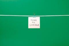"""Rosa färgpappersanmärkning som hänger på raden med text""""Time till Chang Fotografering för Bildbyråer"""