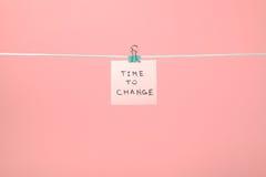 """Rosa färgpappersanmärkning som hänger på raden med text""""Time till Chang Royaltyfria Foton"""