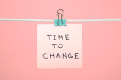 """Rosa färgpappersanmärkning som hänger på raden med text""""Time till Chang Royaltyfria Bilder"""
