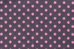 Rosa färgprickar över purpurfärgad pricktygbakgrund och textur fotografering för bildbyråer