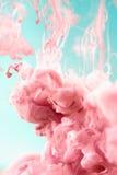 Rosa färgpulver i vatten, konstnärligt skott, abstrakt bakgrund Fotografering för Bildbyråer