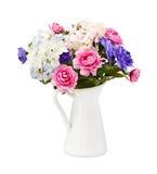 Rosa färgrik bukett och blåa blommor som isoleras Royaltyfri Foto