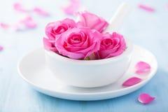 Rosa färgrosen blommar i mortel för aromatherapy och brunnsort Arkivbilder