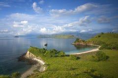 Rosa färgstrand på den Komodo ön Arkivfoton