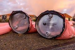 Rosa färgvattenrör mot stormen Ingolf i den Frederikssund hamnen Arkivfoto
