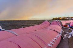 Rosa färgvattenrör mot stormen på den Roskilde fjorden Royaltyfria Bilder