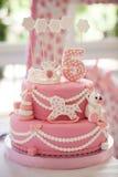 Rosa födelsedagkaka Arkivfoto