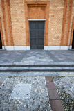 Rosa fönster Vergiate Italien kyrkligt för solig dag Arkivbilder