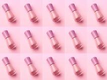 Rosa f?rger spikar polermedelmodellen p? monokrom bakgrund arkivfoto